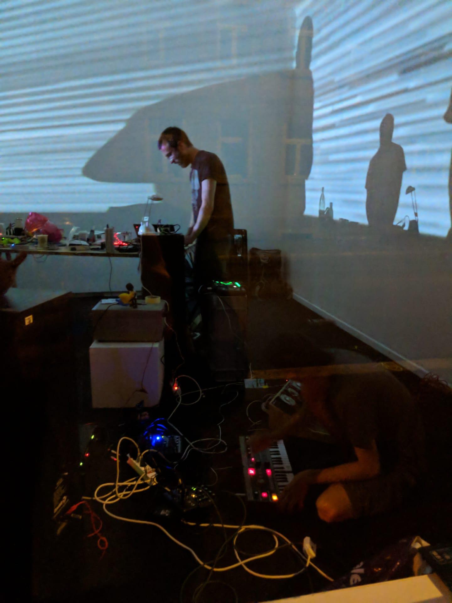 Das Schattenspiel an der Wand war Teil der improvisierten Visualz.