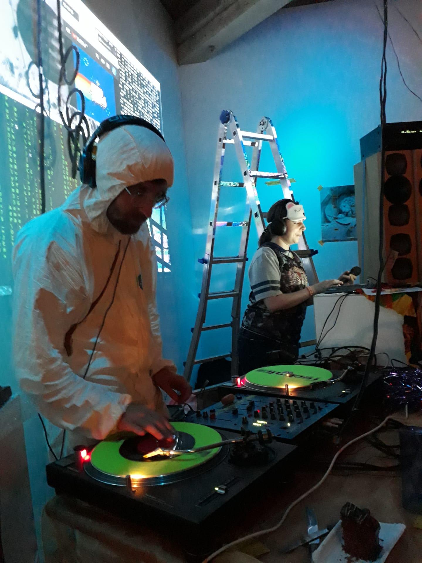 Hier sieht man mich in einem Popmusikschutzanzug mit Deejay Murat an den Plattenspielern in der Teiggi in Kriens.