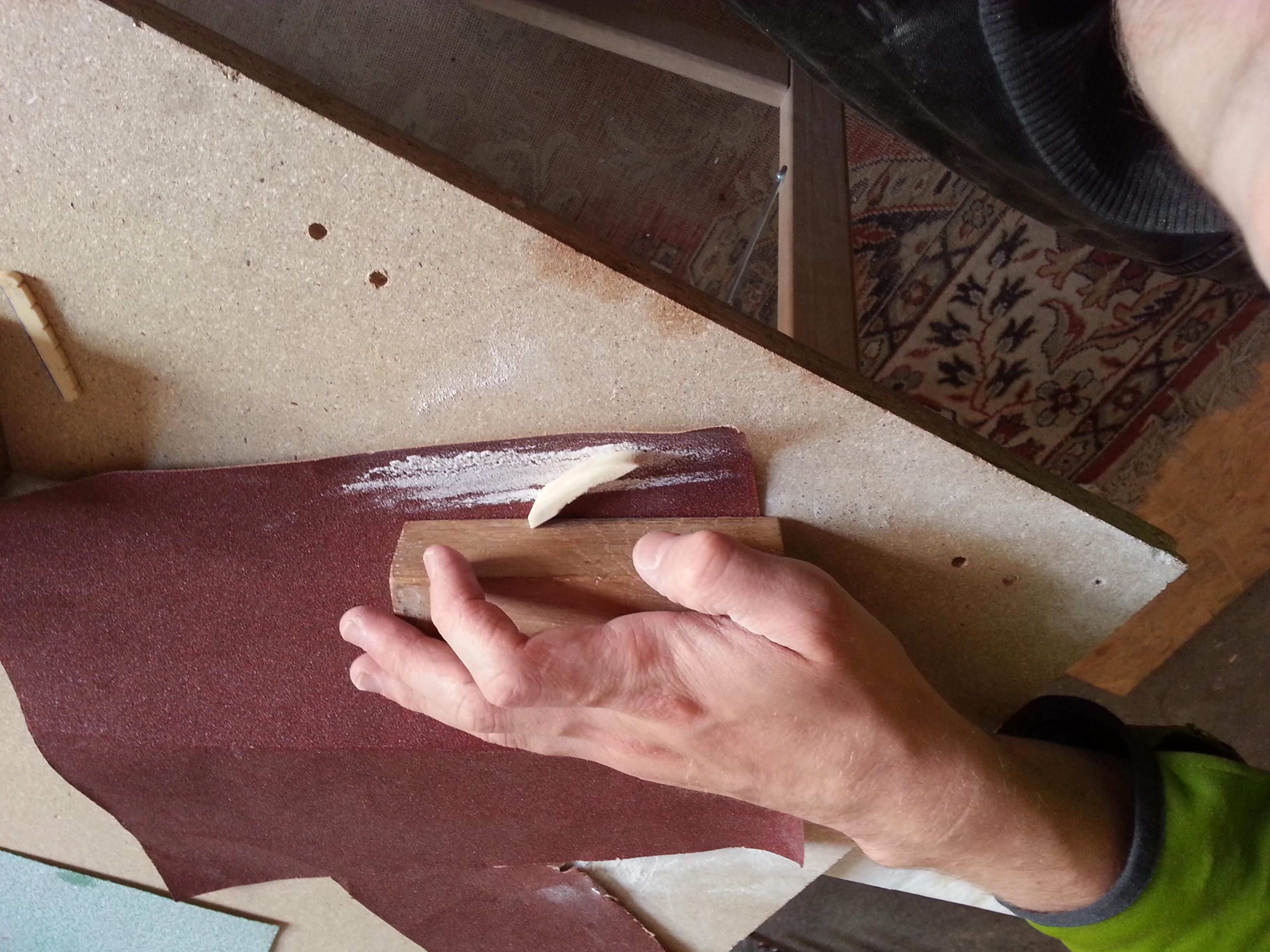Auf diesem Bild sieht man ein für die Reparatur einer E-Gitarre entstehender Sattel aus Rindsknochen.